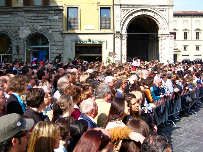 florence-scoppio-del-carro-big-crowds-travelnerdplans